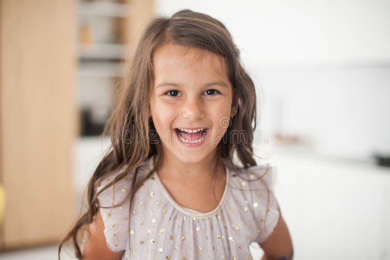 Het meisje lacht thuis royalty-vrije stock foto's