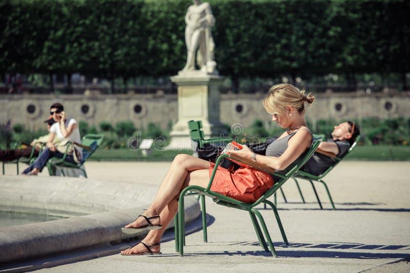 Het meisje leest het boek in de tuin tuileries for De geheime tuin boek