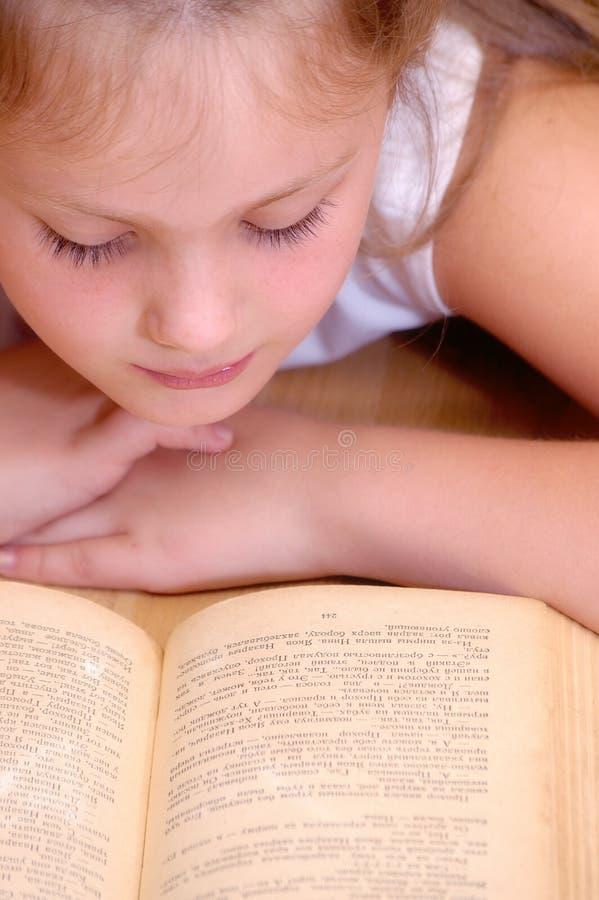 Het meisje leest oud boek royalty-vrije stock foto