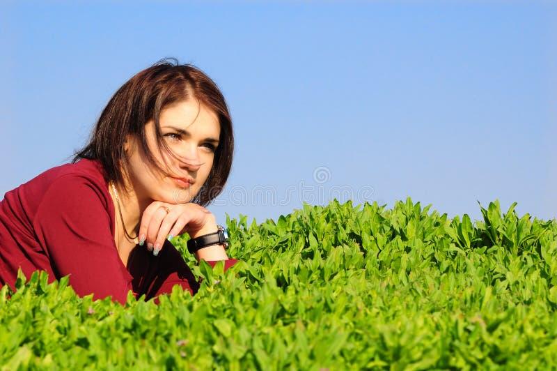 Het meisje legt op een gras royalty-vrije stock foto