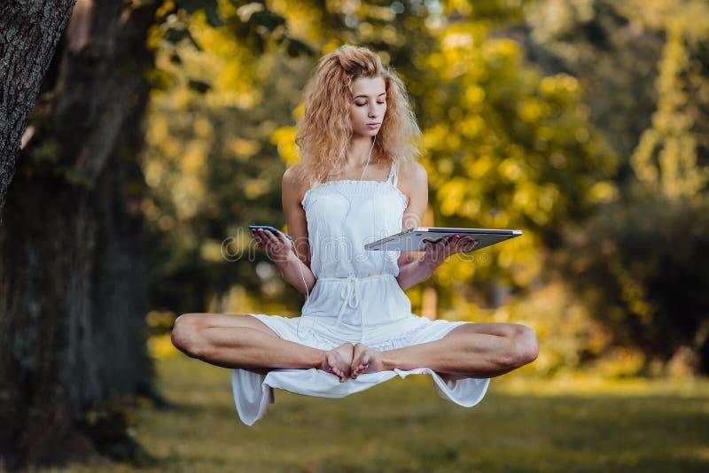 Het meisje levitatie ondergaat met laptop stock fotografie