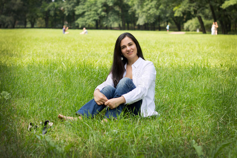 Het meisje ligt in een groen gras royalty-vrije stock foto's