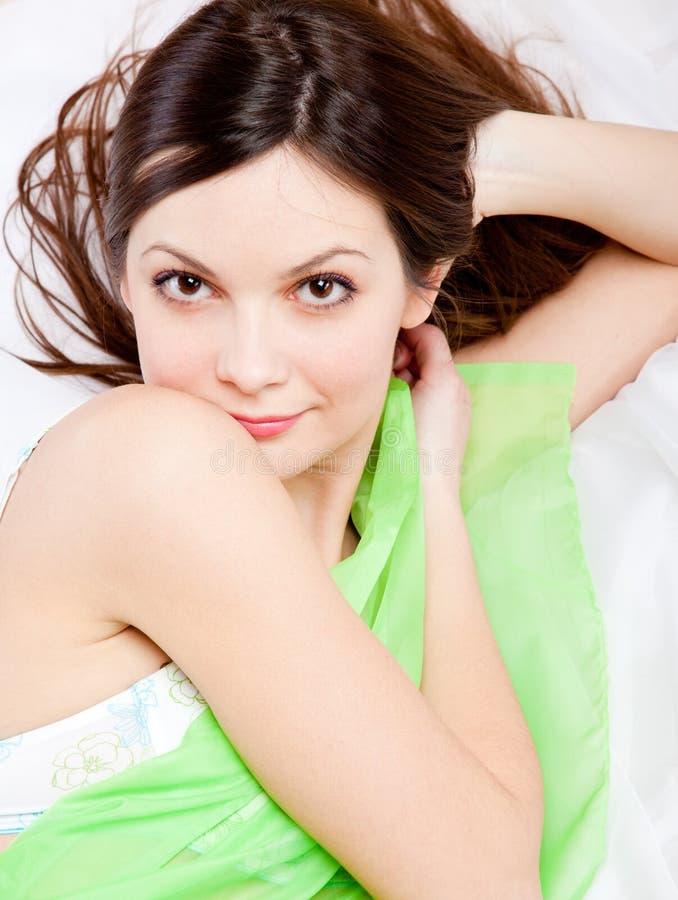 Het meisje ligt op een bed royalty-vrije stock fotografie