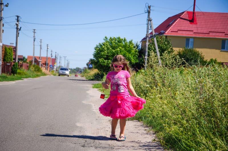 Download Het Meisje Loopt Op De Weg In Het Dorp Stock Foto - Afbeelding bestaande uit longhair, openlucht: 107705124