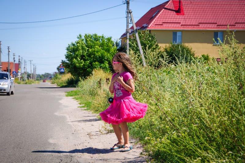 Download Het Meisje Loopt Op De Weg In Het Dorp Stock Afbeelding - Afbeelding bestaande uit vrijheid, weinig: 107705135