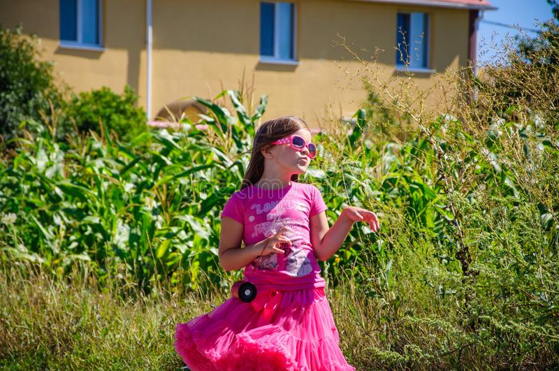 Download Het Meisje Loopt Op De Weg In Het Dorp Stock Afbeelding - Afbeelding bestaande uit gebied, kleding: 107705175