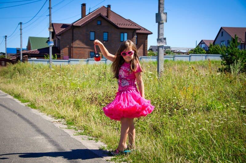 Download Het Meisje Loopt Op De Weg In Het Dorp Stock Foto - Afbeelding bestaande uit kind, helder: 107705176