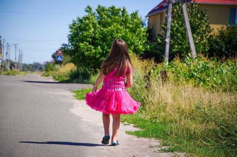 Download Het Meisje Loopt Op De Weg In Het Dorp Stock Afbeelding - Afbeelding bestaande uit wolken, muziek: 107705303
