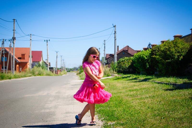 Download Het Meisje Loopt Op De Weg In Het Dorp Stock Foto - Afbeelding bestaande uit langs, pluizig: 107705324