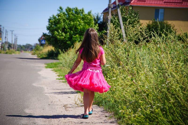 Download Het Meisje Loopt Op De Weg In Het Dorp Stock Afbeelding - Afbeelding bestaande uit kleding, vrolijk: 107705353