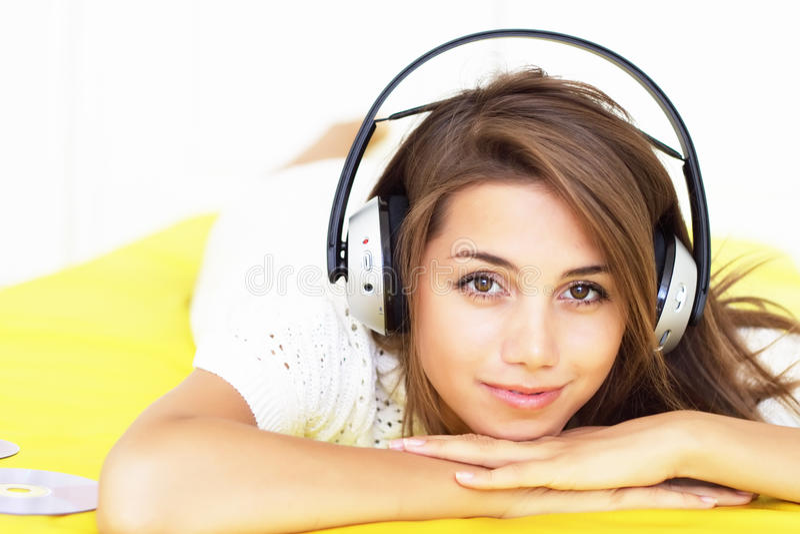 Het meisje luistert muziek stock foto's