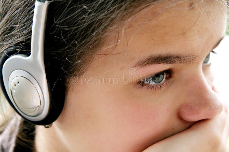 Het meisje luistert muziek royalty-vrije stock foto