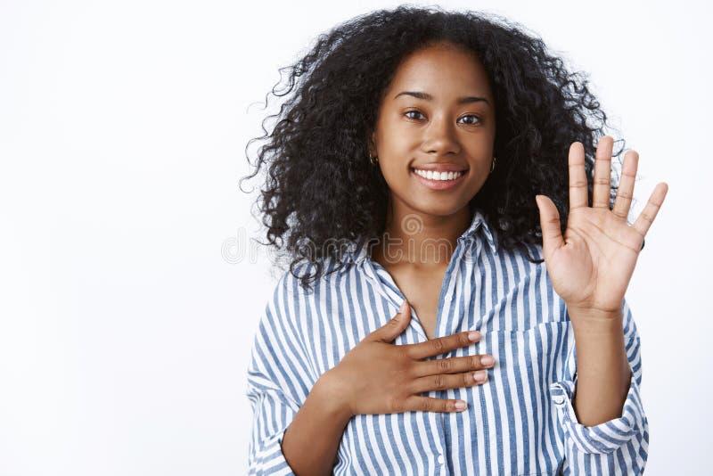 Het meisje maakt belofte Vriendschappelijk-kijkt het portret oprechte leuke Afrikaans-Amerikaanse vrouw het vertellen waarheid he royalty-vrije stock afbeelding