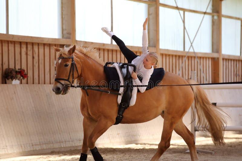 Het meisje maakt een ster op paard stock foto's