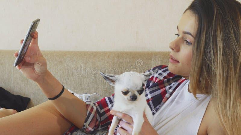 Het meisje maakt foto met de hond royalty-vrije stock afbeeldingen
