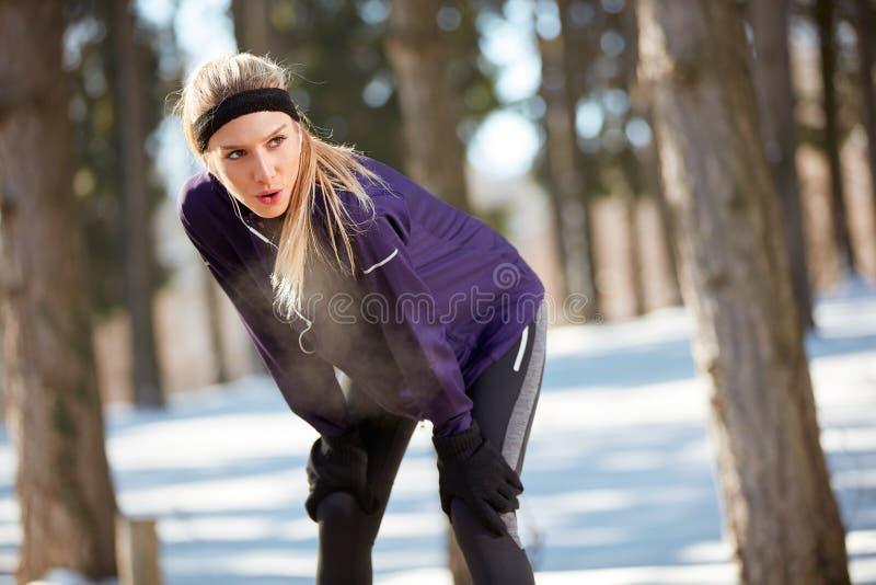 Download Het Meisje Maakt Pauze Aan Rust Van Het Lopen Stock Afbeelding - Afbeelding bestaande uit exercising, agent: 107705911