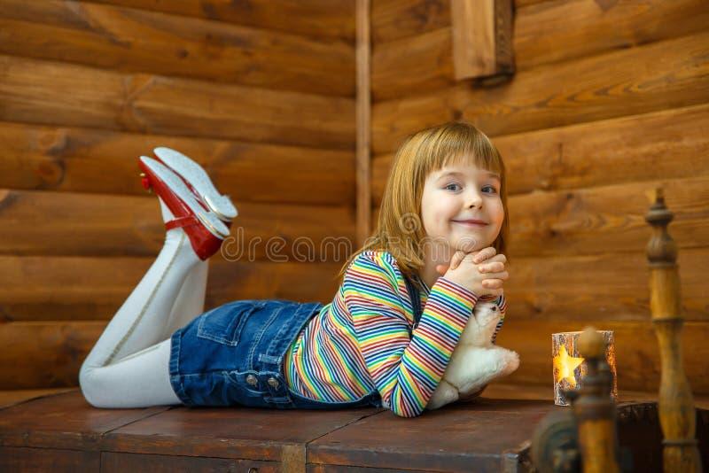 Het meisje Masha ligt op oud royalty-vrije stock foto's