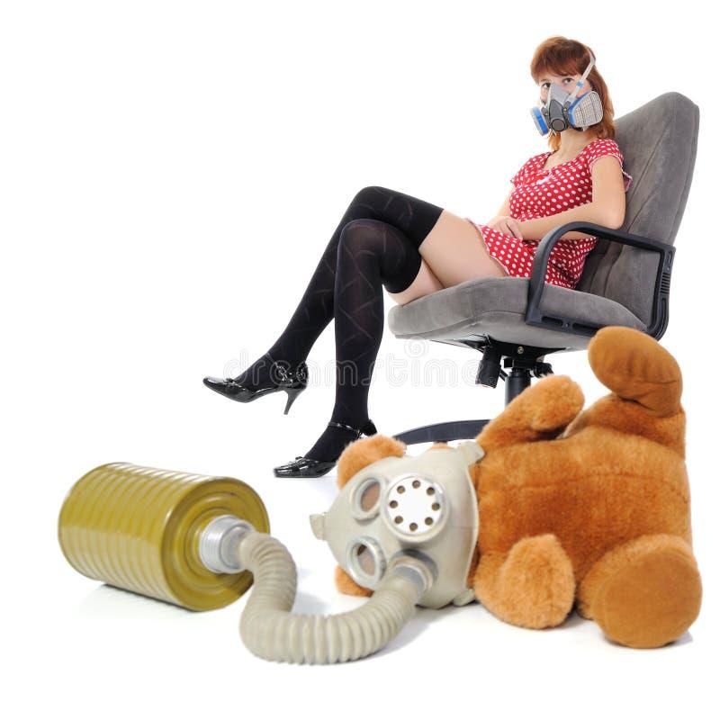 Het meisje met ademhalingsapparaat en zacht stuk speelgoed royalty-vrije stock afbeelding