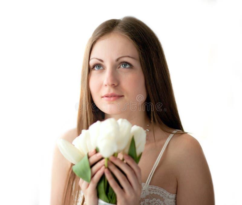 Het meisje met bloemen royalty-vrije stock fotografie