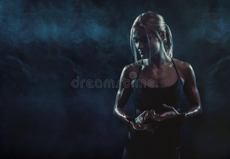 Het meisje met de handschoenen die na opleiding rusten stock foto's