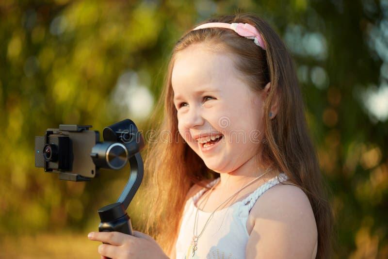 Het meisje met een camera en een stabilisator verwijdert stock afbeeldingen