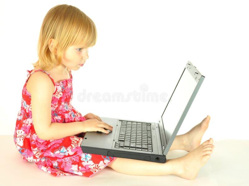 Het meisje met een computer stock foto