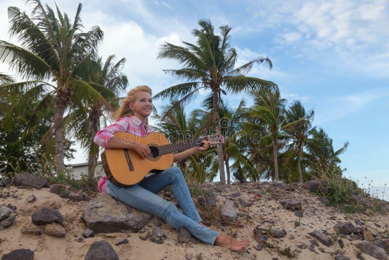 Het meisje met een gitaar stock fotografie