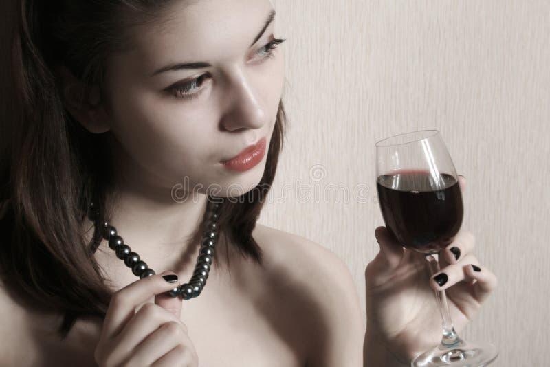 Het meisje met een glas wijn. royalty-vrije stock fotografie