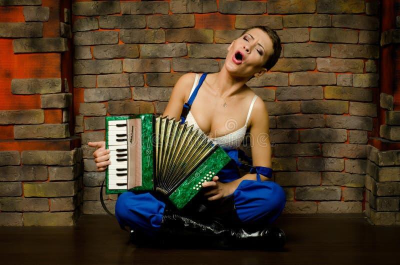 Het meisje met een harmonika stock fotografie