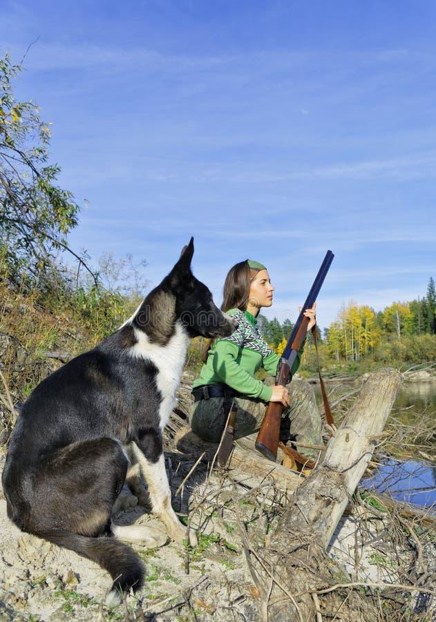 Het meisje met een hond op de jacht royalty-vrije stock afbeeldingen