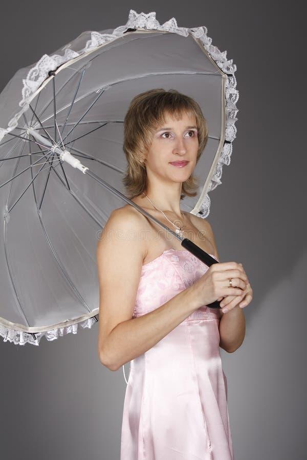 Het meisje met een paraplu stock fotografie