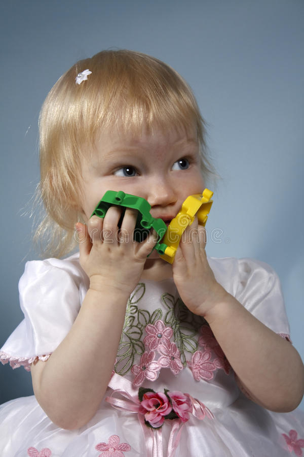 Het meisje met een stuk speelgoed royalty-vrije stock afbeelding