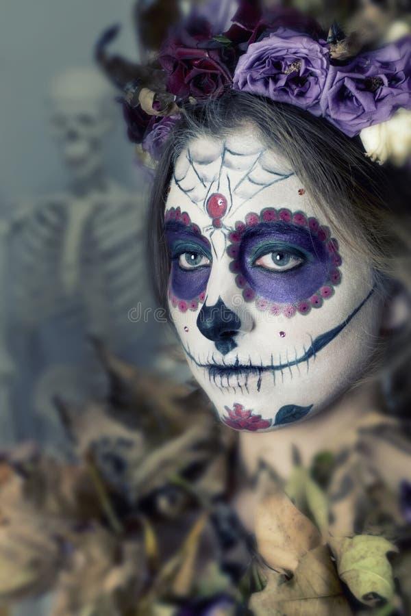 Het meisje met een suikerschedel Mexicaan maakt omhoog stock afbeeldingen