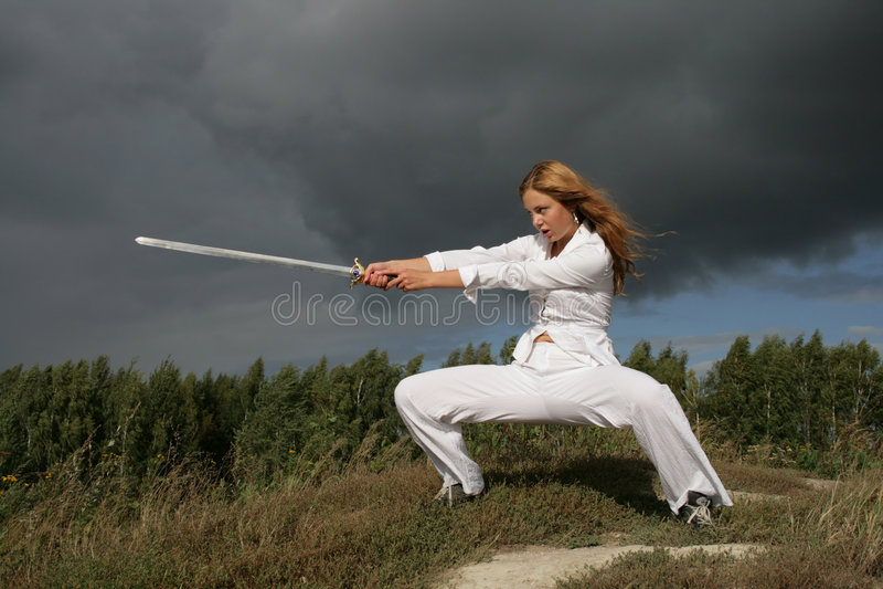 Het meisje met een zwaard stock afbeeldingen