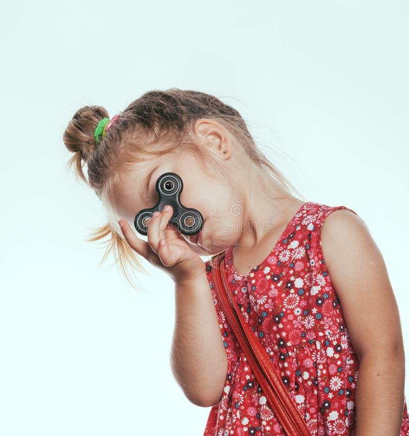 Het meisje met friemelt spinner royalty-vrije stock foto