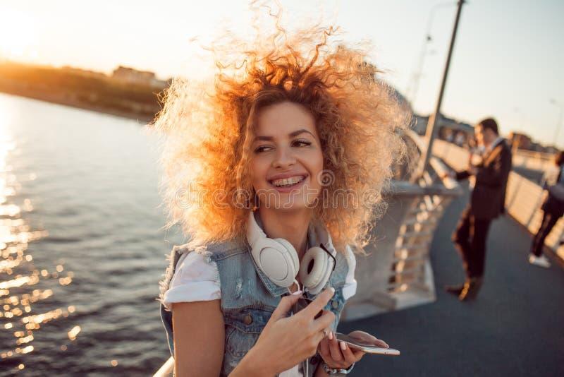 Het in meisje met grote hoofdtelefoons op een stadsgang, sluit omhoog royalty-vrije stock fotografie