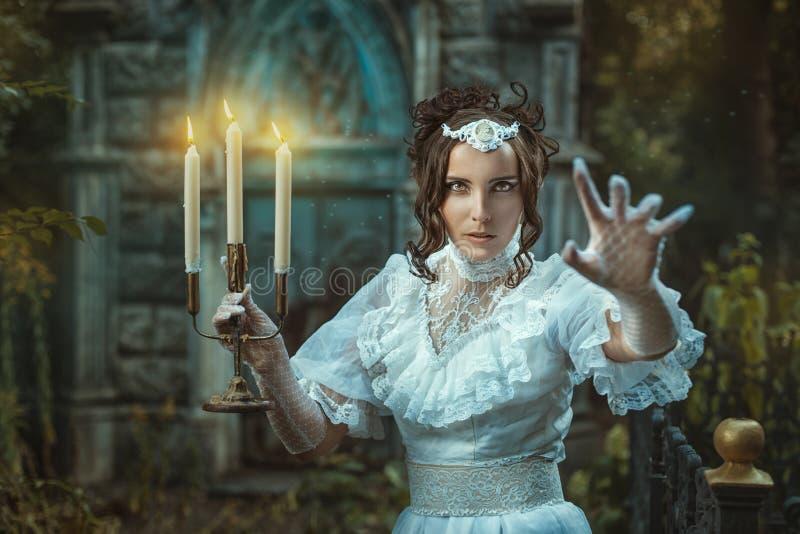 Het meisje met in hand kandelabers jaagt angst aan royalty-vrije stock afbeeldingen