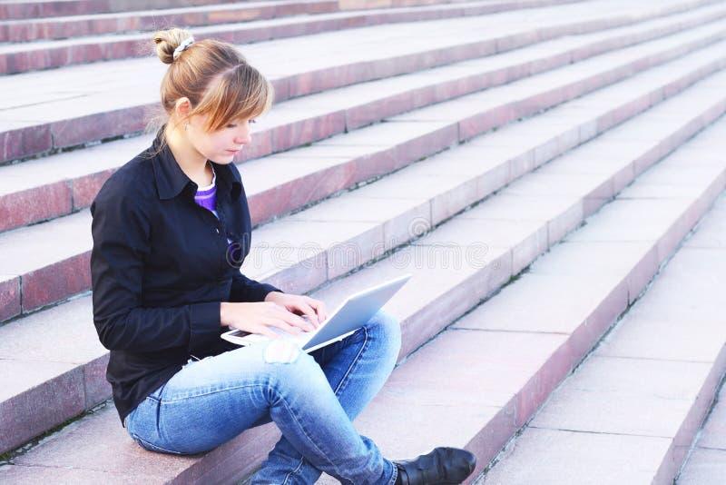 Het meisje met het notitieboekje stock afbeeldingen