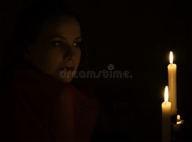 Het meisje met kaarsen stock fotografie