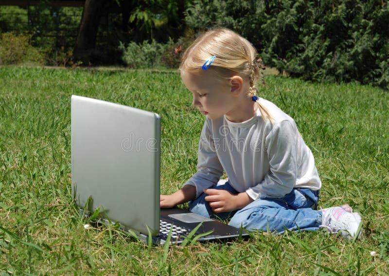 Het meisje met laptop op een open plek royalty-vrije stock foto's