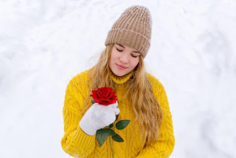 Het meisje met nam op de achtergrond van sneeuw toe royalty-vrije stock fotografie