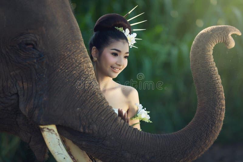 Het meisje met olifant royalty-vrije stock fotografie