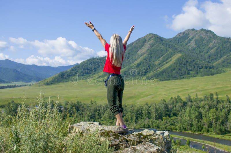Het meisje met opgeheven dient Bergen Altai Rusland de in hoogste mening royalty-vrije stock fotografie