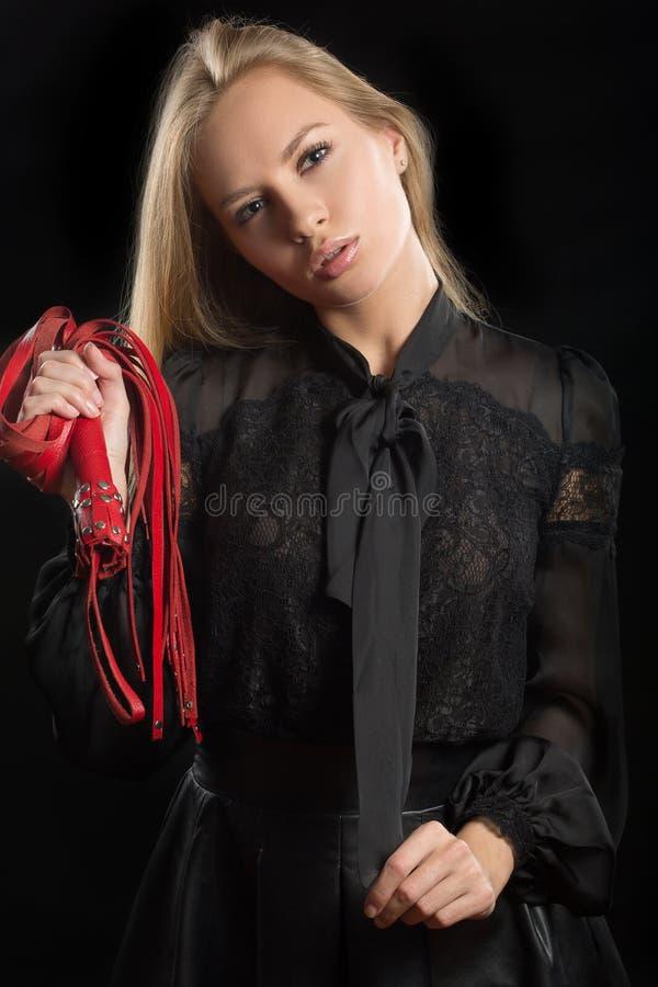 Het meisje met rood leer ranselt stock foto's