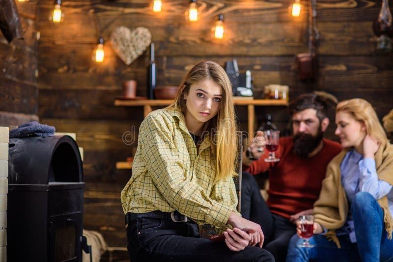 Het meisje met schitterende blonde haar en engelengezichtszitting naast brand plaatst op de winteravond Gebaarde man en blonde vr royalty-vrije stock foto