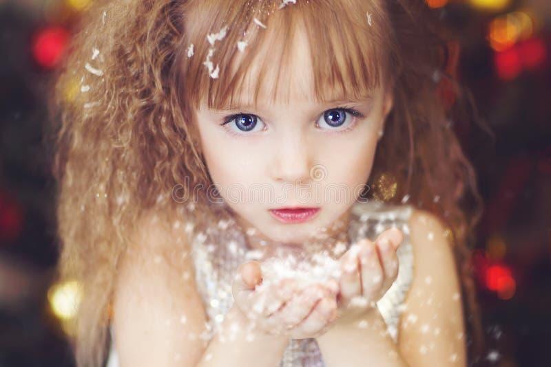 Het meisje met sneeuw stock afbeelding