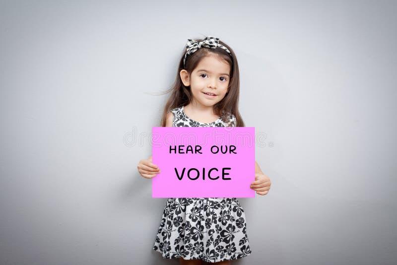 Het meisje met teken hoort onze stem stock afbeelding
