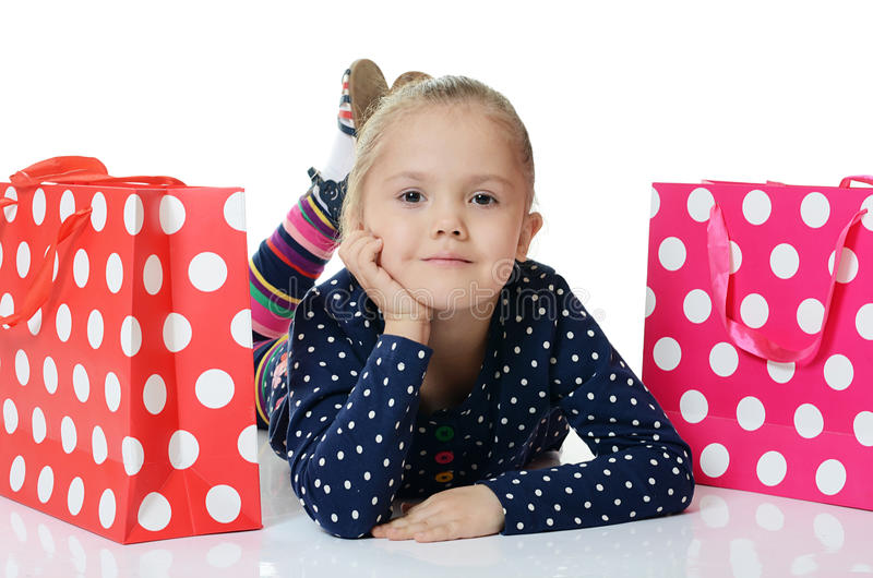 Het meisje met twee geïsoleerde pakketten royalty-vrije stock foto