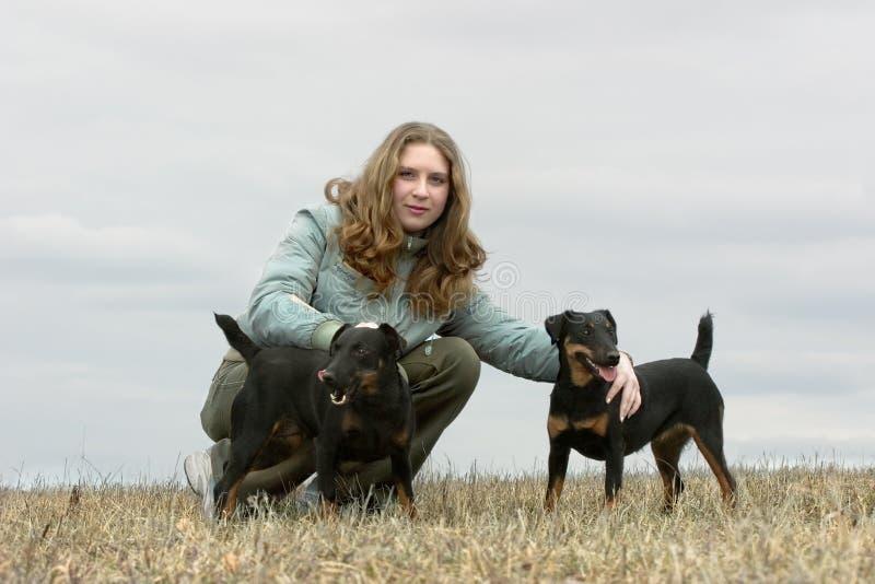 Het meisje met twee honden royalty-vrije stock afbeelding
