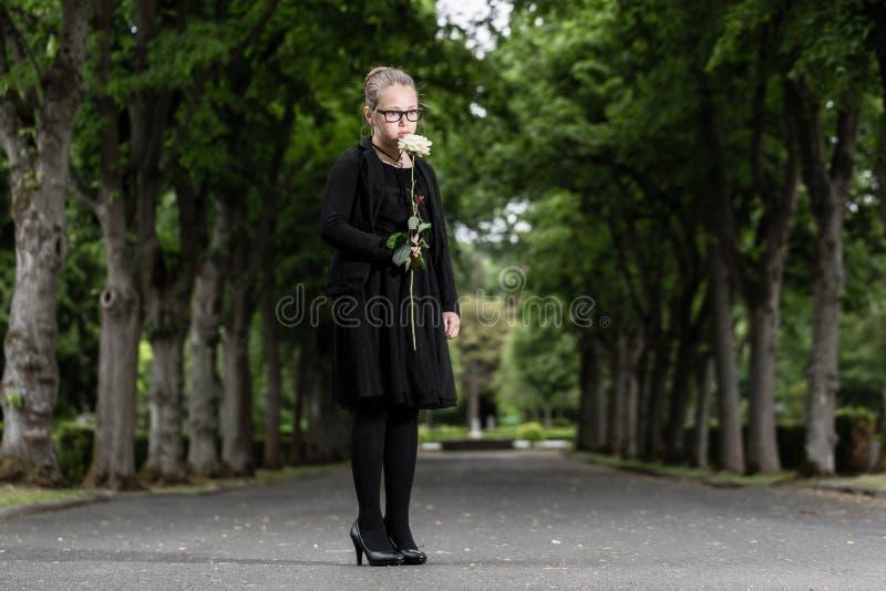 Het meisje met wit nam rouwend overlijdt op kerkhof toe royalty-vrije stock foto's